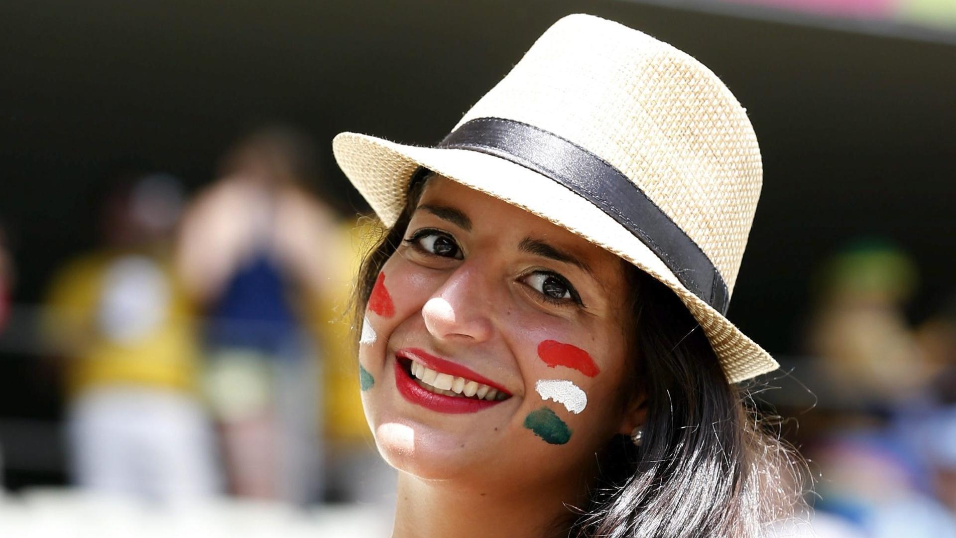 Torcedora do México sorri antes do jogo contra a Holanda no Castelão