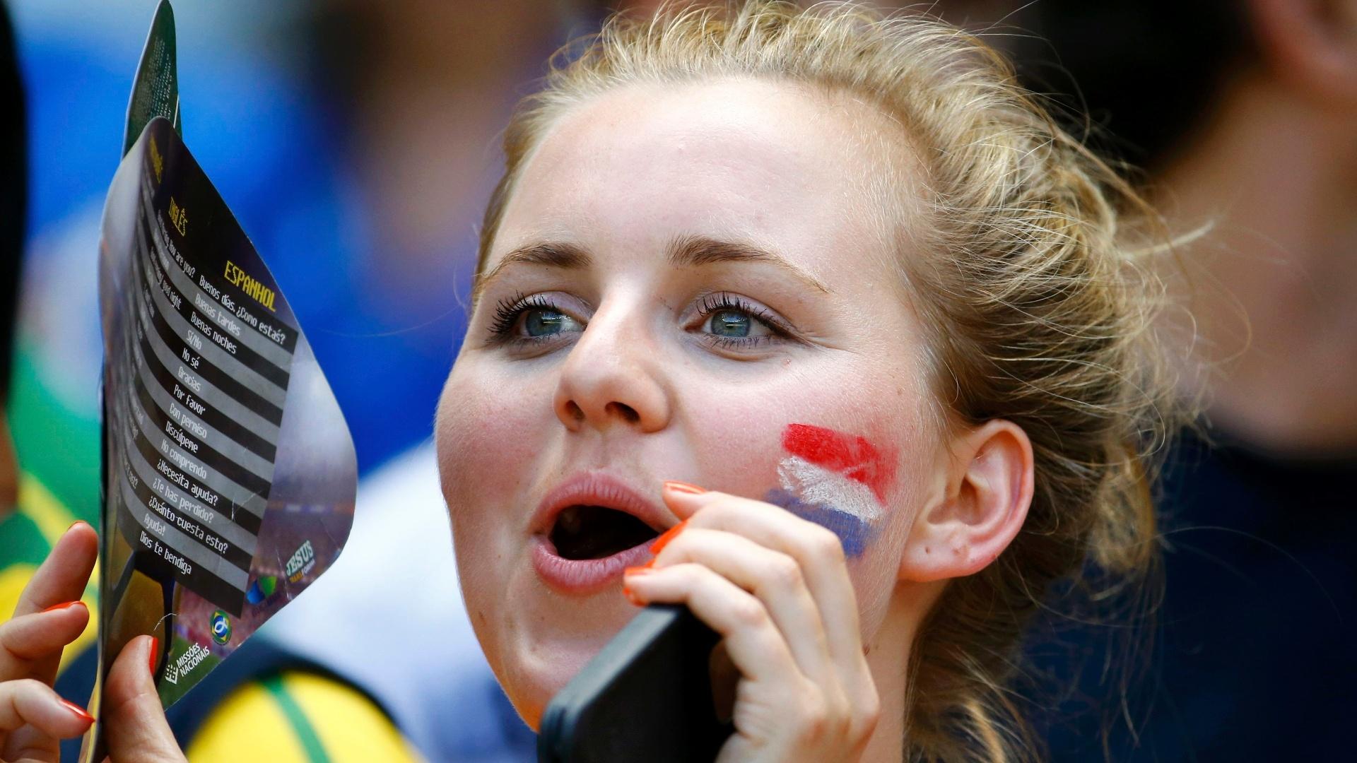 Torcedora holandesa comemora classificação às quartas de final no Castelão