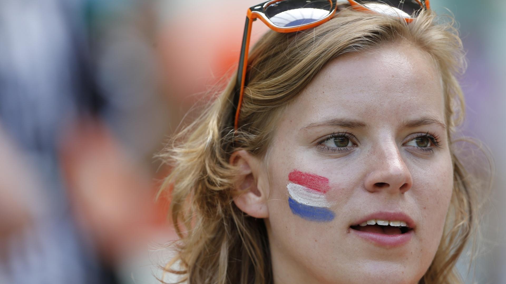 Torcedora holandesa pinta o rosto e usa óculos com detalhe laranja para o jogo contra o México no Castelão