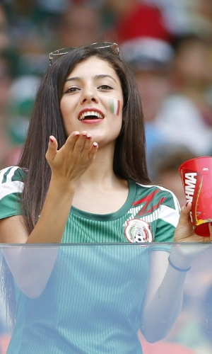 Torcedora mexicana manda beijo para a câmera antes do jogo contra a Holanda no Castelão