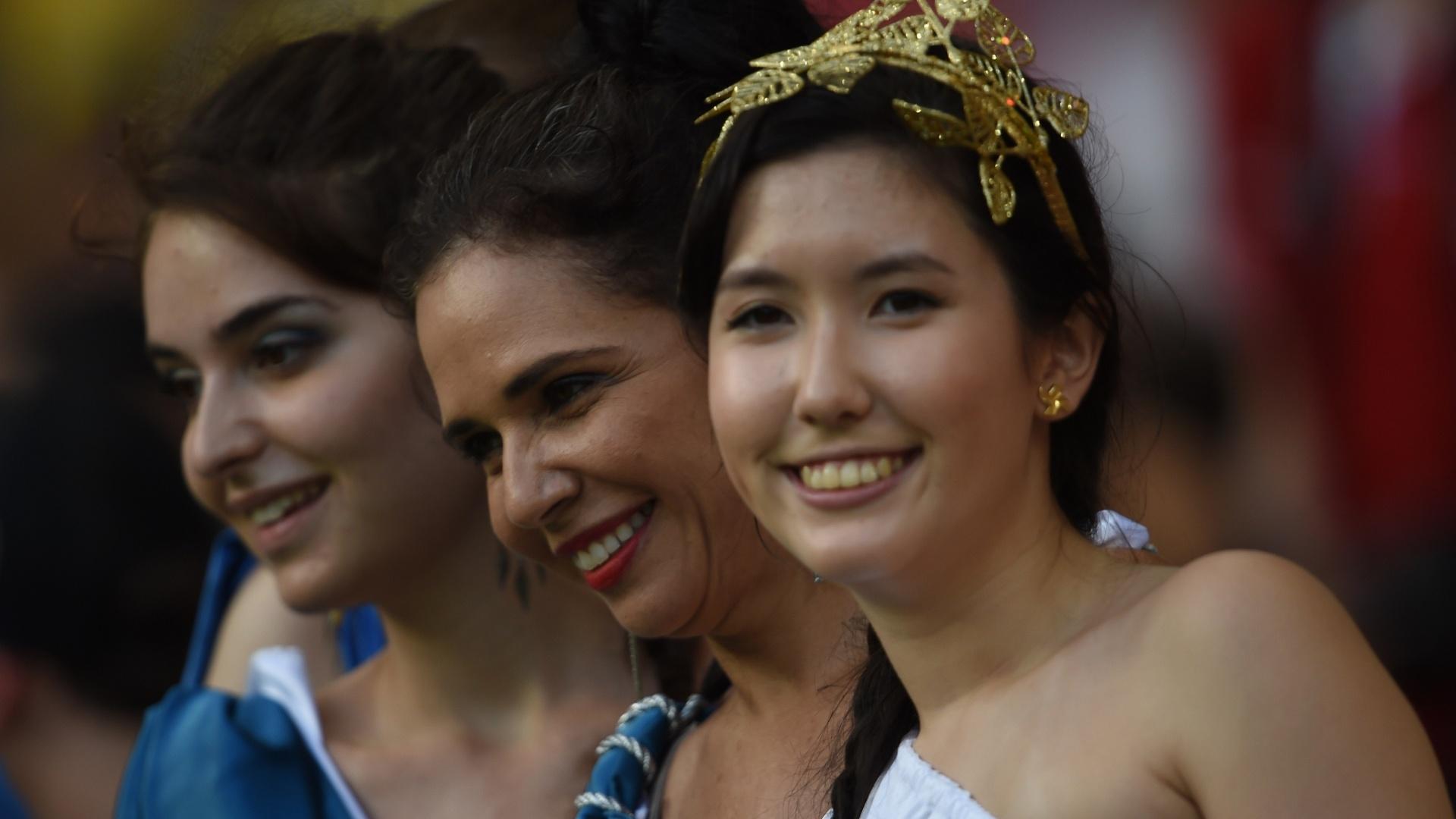 Torcedoras gregas esperam início da partida contra a Costa Rica na Arena Pernambuco