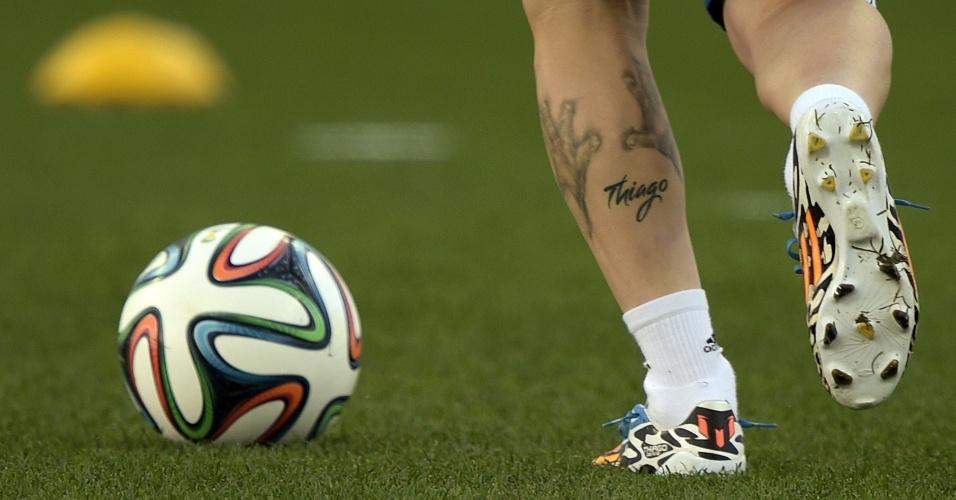 Lionel Messi controla a bola no treino da Argentina. Jogador tem tatuagem na perna esquerda com o nome do filho: Thiago