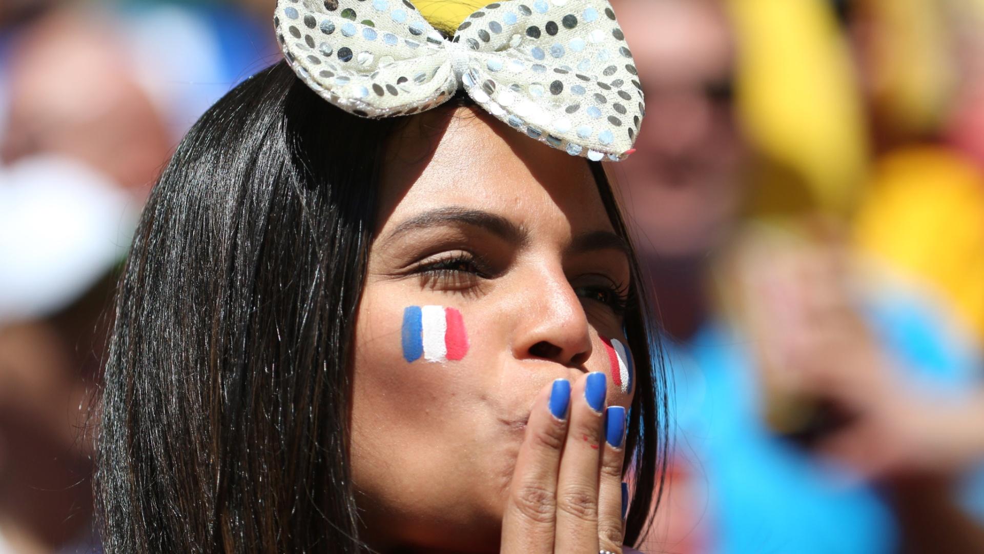 Torcedora francesa manda beijo na arquibancada do estádio Nacional antes do jogo entre França e Nigéria