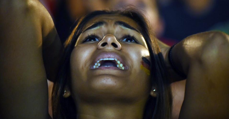 Torcedora nervosa ao assistir ao jogo entre Alemanha e Argélia da Fan Fest do Rio de Janeiro