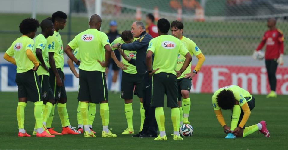 01.07.2014 - Felipão conversa com jogadores da seleção durante treino contra o time sub-20 do Fluminense
