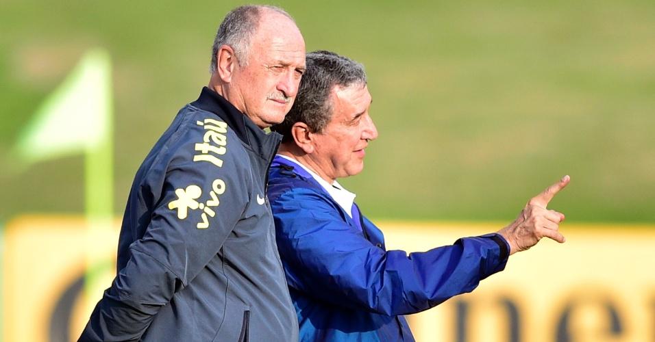 01.07.2014 - Felipão (frente) e Parreira conversam durante o treino da seleção brasileira na Granja Comary