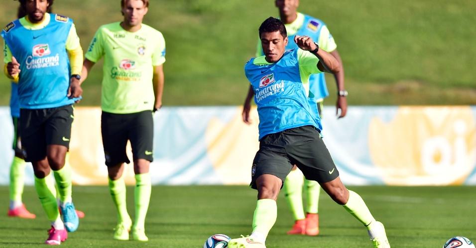 01.07.2014 - Volante Paulinho (frente) domina a bola durante treino da seleção brasileira