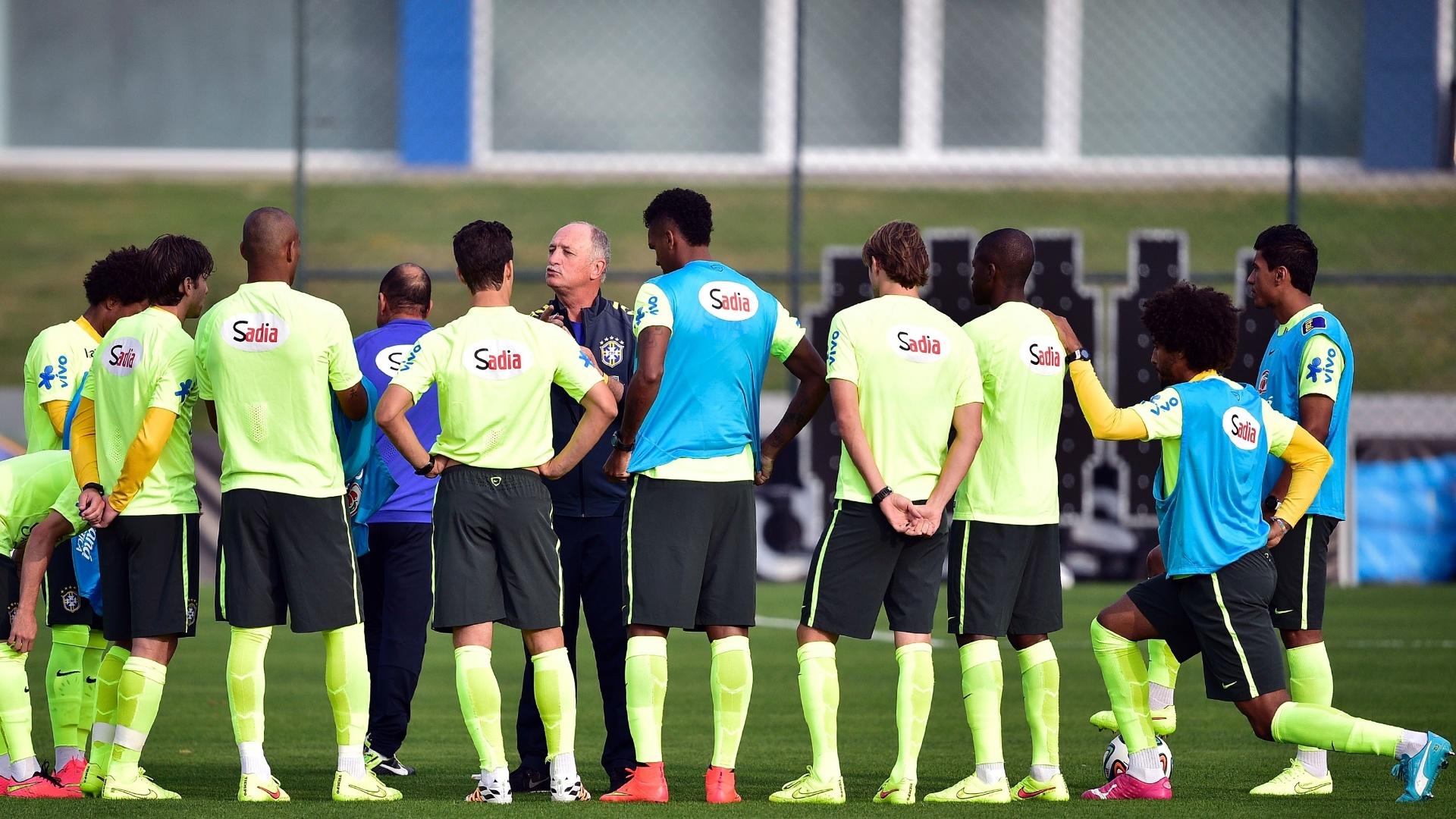 01.07.2014 - Técnico Luiz Felipe Scolari conversa com jogadores da seleção brasileira na Granja Comary em Teresópolis