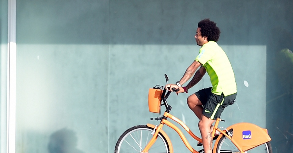 01.07.2014 - Lateral Marcelo chega ao treino da seleção brasileira usando bicicleta