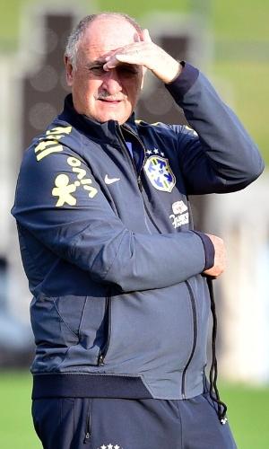 01.07.2014 - Técnico Luiz Felipe Scolari observa o treino da seleção brasileira na Granja Comari