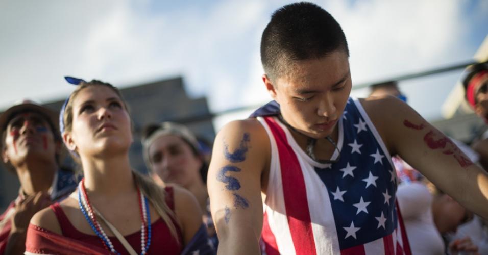 01.jul.2014 - Torcedor norte-americano abaixa a cabeça em Washington após eliminação dos Estados Unidos da Copa do Mundo