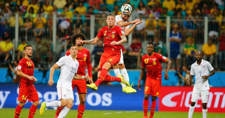 01.jul.2014 - Alderweireld e Bedoya pulam alto para disputar bola durante partida entre Bélgica e Estados Unidos
