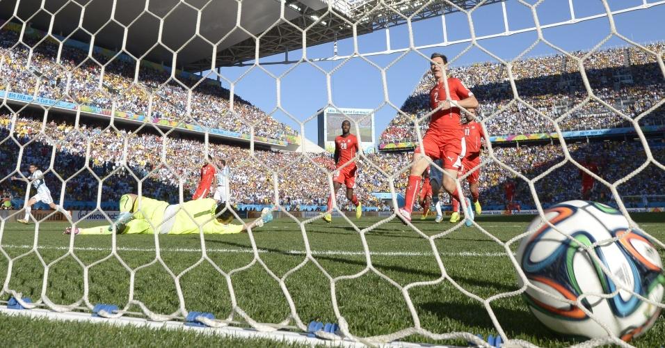 Argentino Di Maria chuta cruzado e abre o placar contra a Suíça no segundo tempo da prorrogação, no Itaquerão