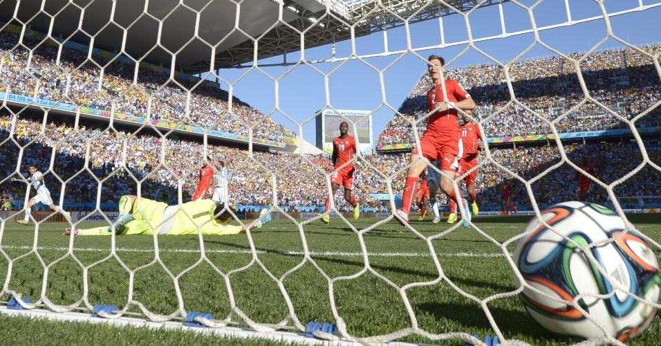 01.jul.2014 - Argentino Di Maria chuta cruzado e abre o placar contra a Suíça no segundo tempo da prorrogação, no Itaquerão