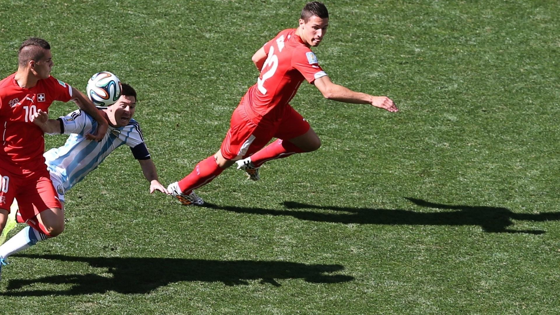 01.jul.2014 - Argentino Messi e Granit Xhaka, da Suíça, brigam pela bola durante o jogo no Itaquerão