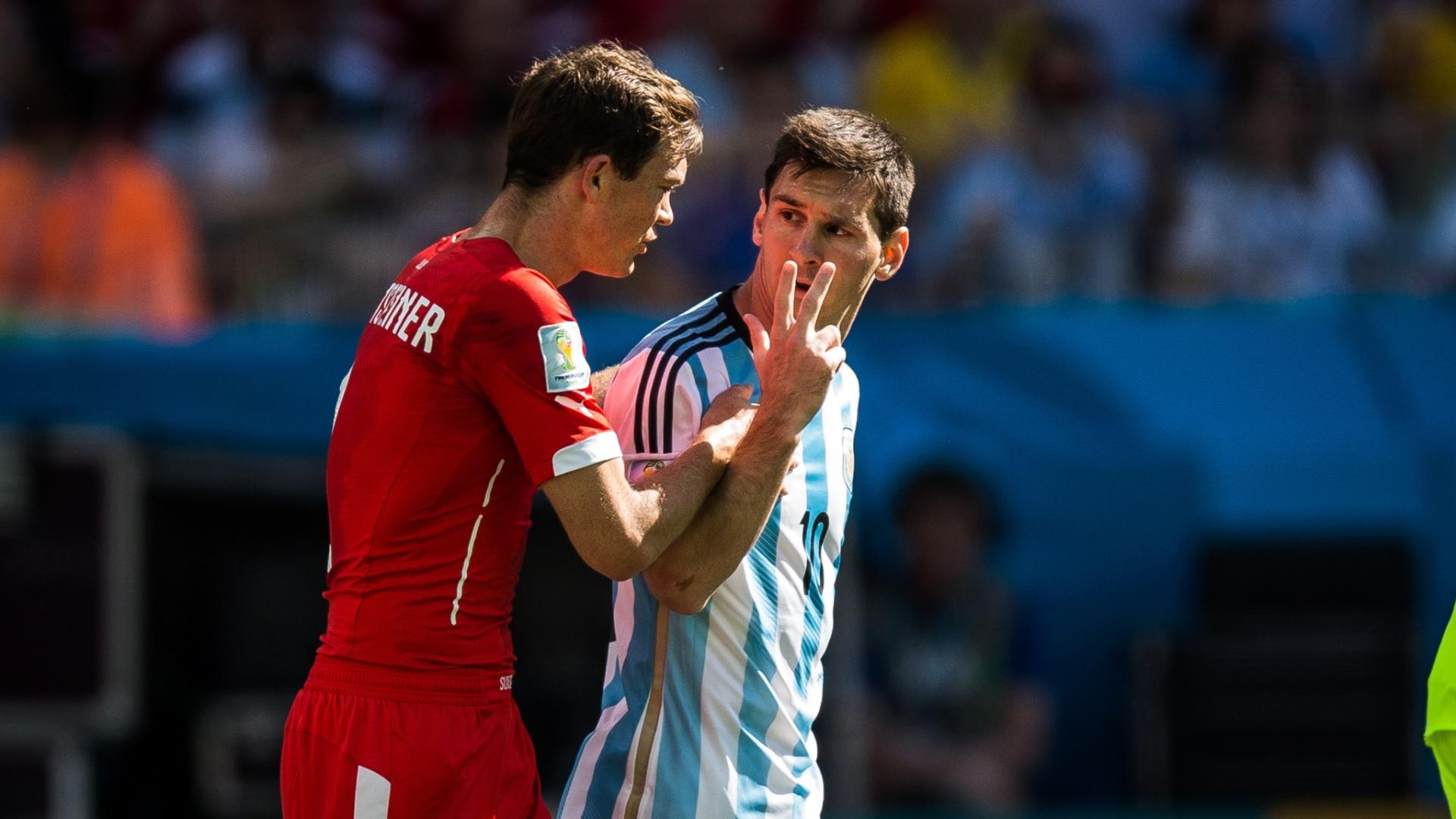 01.jul.2014 - Argentino Messi reclama com o suíço Lichtsteiner, após sofrer falta no Itaquerão