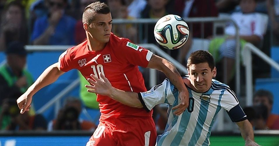 01.jul.2014 - Argentino Messi tenta tomar a frente do suíço Xhaka, durante a partida no Itaquerão, pelas oitavas de final
