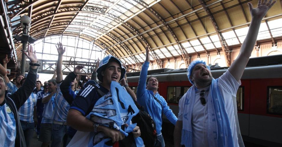 01.jul.2014 - Argentinos pegam o Expresso Copa rumo ao Itaquerão para o jogo contra a Suíça