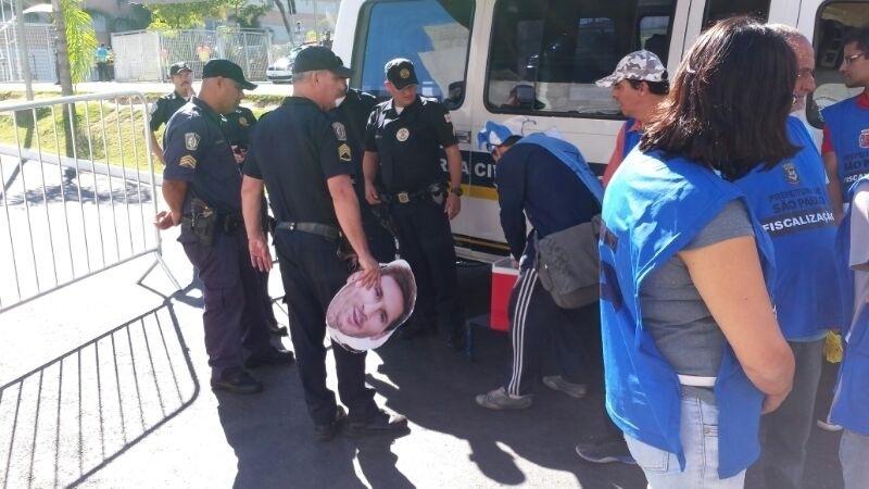 01.jul.2014 - Argentinos tem veículo fiscalizado por agentes da prefeitura nas proximidades do Itaquerão