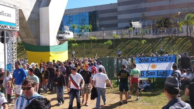 01.jul.2014 - Argentinos tomam as proximidades do Itaquerão horas antes do jogo contra a Suíça