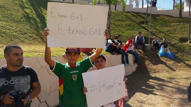 01.jul.2014 - Bolivianos provocam os argentinos ao relembrar goleada de sua seleção em 2009