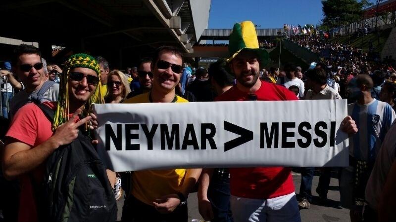 01.jul.2014 - Brasileiros levam provocação a Lionel Messi para a partida entre Argentina e Suíça