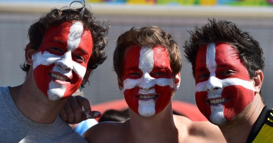 01.jul.2014 - Com rosto pintado, torcedores suíços chegam para a partida contra a Argentina