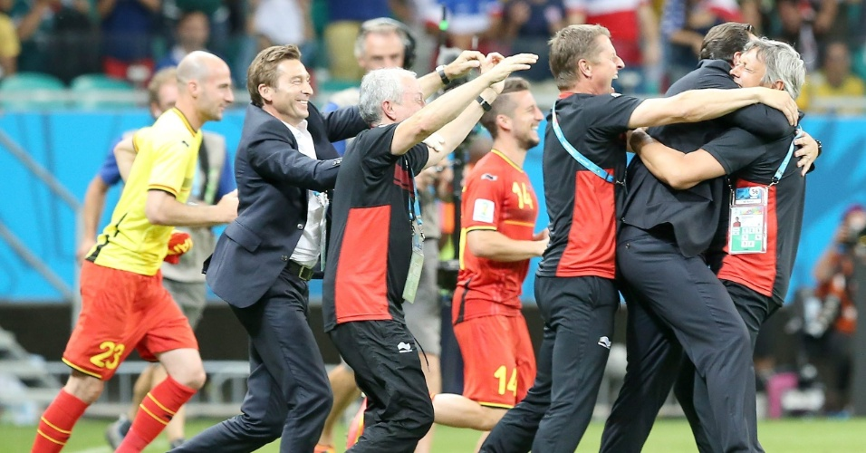 01.jul.2014 - Comissão técnica da Bélgica comemora após a equipe vencer os Estados Unidos e garantir uma vaga nas quartas de final da Copa do Mundo