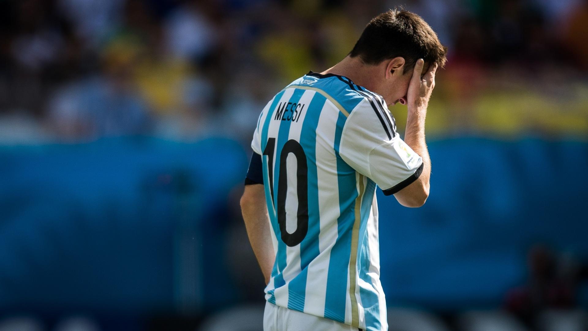 01.jul.2014 - Depois de tentar por 90 minutos, Messi mostra cansaço durante a prorrogação contra a Suíça, no Itaquerão