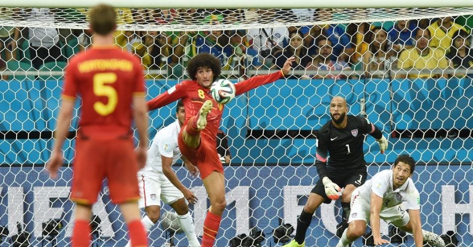 01.jul.2014 - Fellaini dominou livre na área, mas não conseguiu superar o goleiro Howard e marcar para a Bélgica