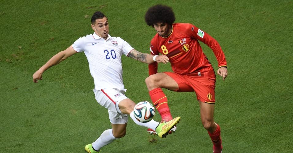 01.jul.2014 - Fellaini enfrenta a marcação de Cameron durante Bélgica e Estados Unidos, em Salvador