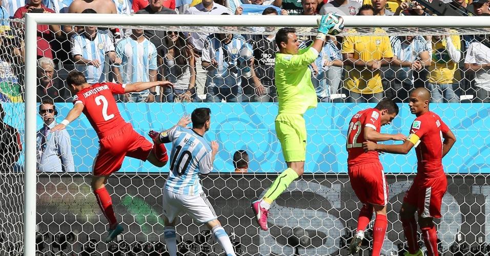 01.jul.2014 - Goleiro Diego Benaglio, da Suíça, se antecipa e faz defesa após ataque argentino, pelas oitavas de final no Itaquerão