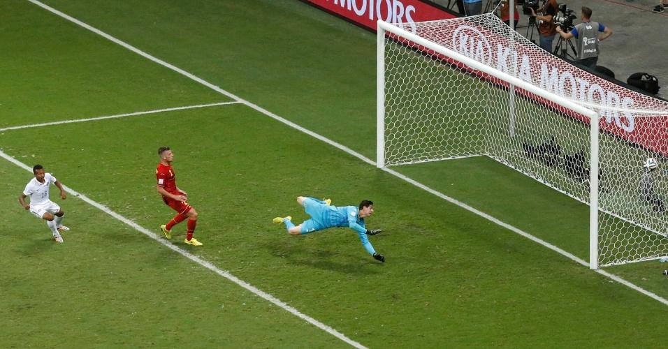 01.jul.2014 - Green tocou na saída de Courtois e marcou para os Estados Unidos