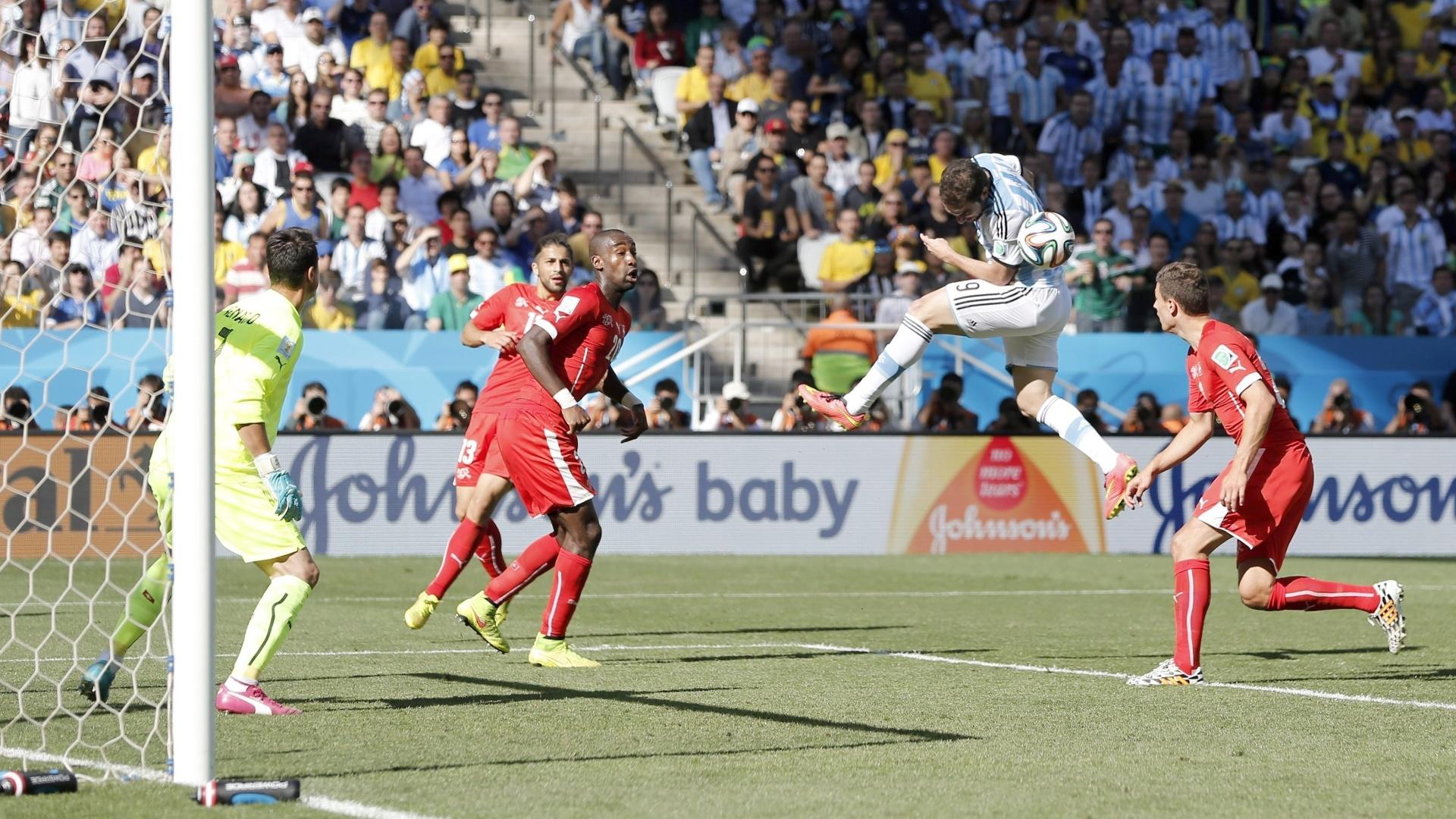 01.jul.2014 - Higuain tenta de cabeça, mas não consegue marcar contra a Suíça. A partida no Itaquerão foi para a prorrogação