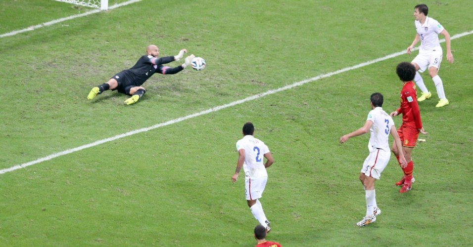 01.jul.2014 - Howard faz a defesa após chute de Fellaini e impede gol da Bélgica