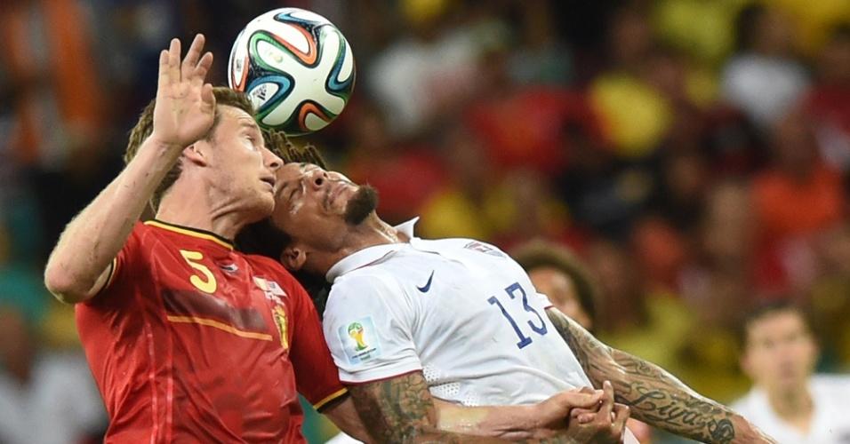 01.jul.2014 - Jones e Vertonghen sobem alto para disputar bola durante Bélgica e Estados Unidos, em Salvador