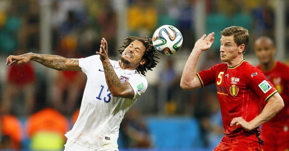 01.jul.2014 - Jones toca a bola de cabeça enquanto é marcado por Vertonghen durante Bélgica e Estados Unidos, na Fonte Nova