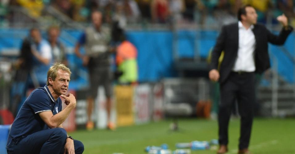 01.jul.2014 - Klinsmann agacha na lateral do campo e observa a partida entre Bélgica e Estados Unidos