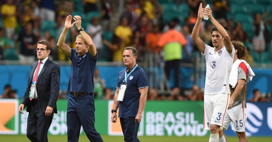01.jul.2014 - Klinsmann aplaude torcida presente na Fonte Nova após a partida entre Bélgica e Estados Unidos