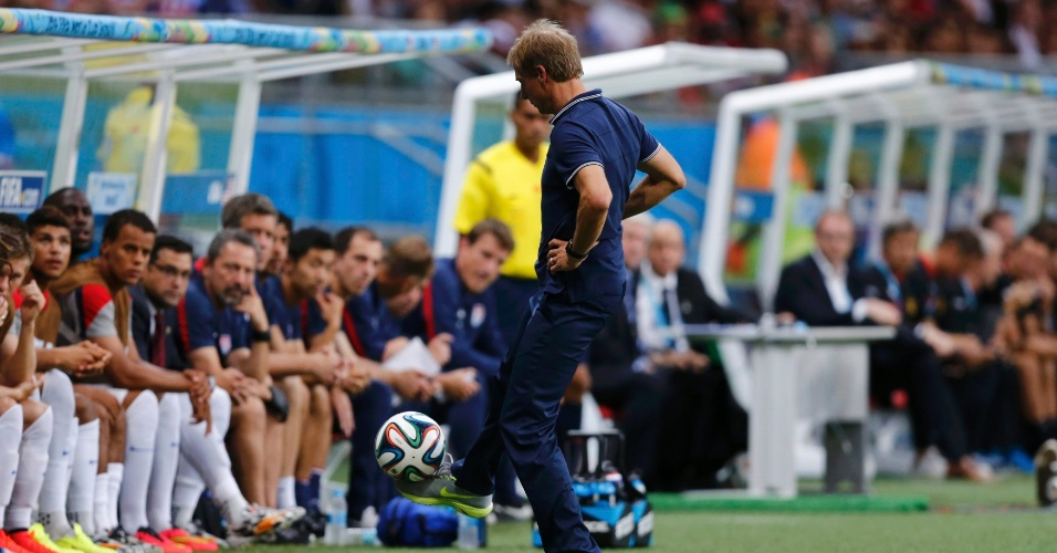 01.jul.2014 - Klinsmann, técnico dos Estados Unidos, mostra habilidade ao dominar a bola na lateral do campo