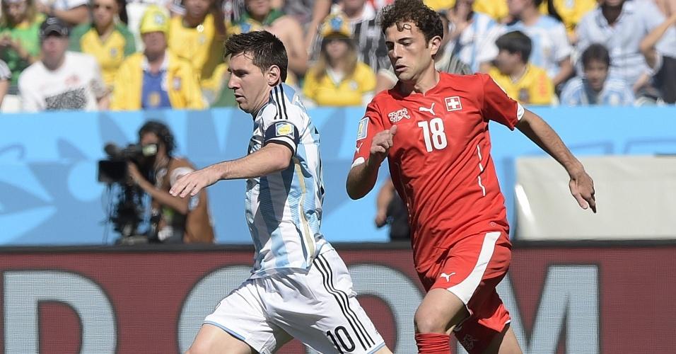 Lionel Messi carrega a bola e tenta partir para o ataque no começo de jogo entre Argentina e Suíça, no Itaquerão