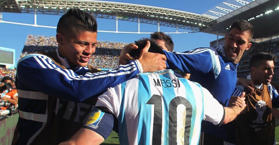 01.jul.2014 - Lionel Messi comemora com os companheiros argentinos a classificação para as quartas de final da Copa, após vencer a Suíça por 1 a 0