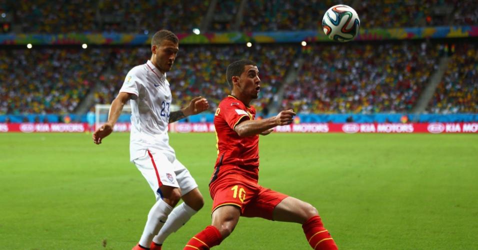 01.jul.2014 - Marcado por Johnson, meia belga Harzard tenta o domínio de bola em partida contra os Estados Unidos