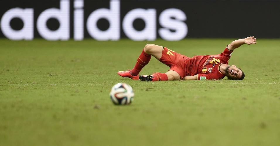 01.jul.2014 - Mertens fica caído no gramado após sofrer falta durante partida entre Bélgica e Estados Unidos