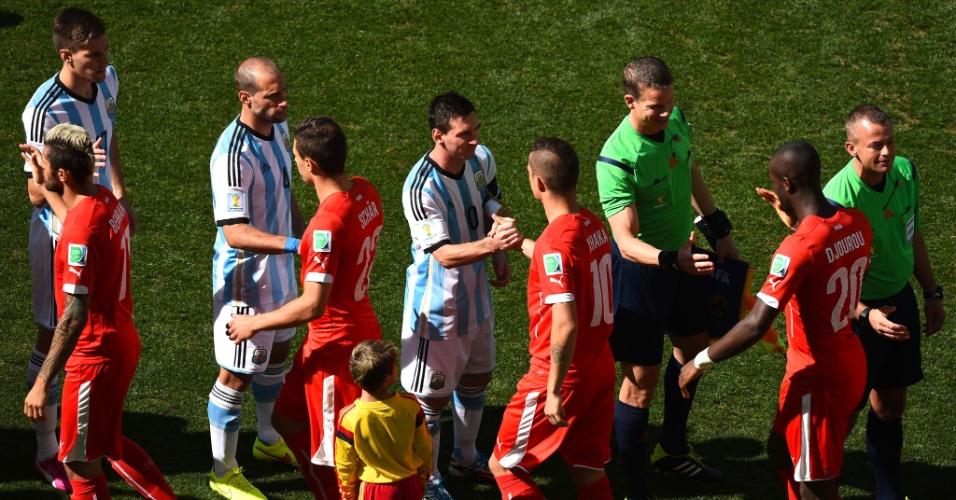 01.jul.2014 - Messi, da Argentina, cumprimenta Granit Xhaka, da Suíça, antes do pontapé inicial no Itaquerão