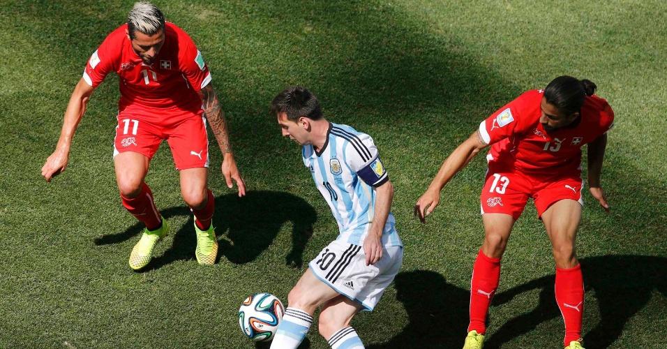 01.jul.2014 - Messi tenta passar no meio de marcação dupla durante o jogo entre Argentina e Suíça, no Itaquerão