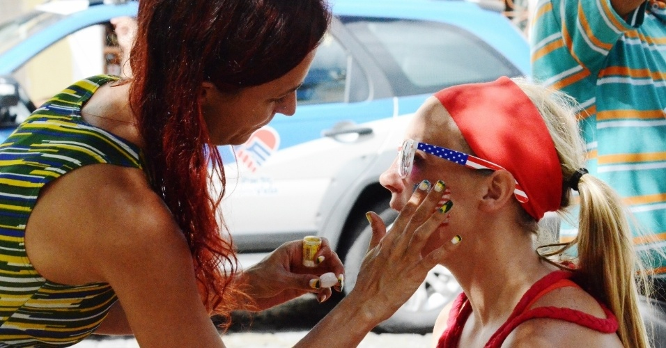 01.jul.2014 - No Pelourinho, torcedora é pintada antes de partida entre Bélgica x EUA, na Fonte Nova