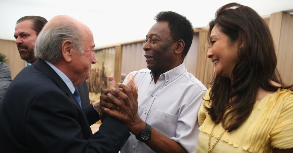 01.jul.2014 - Presidente da Fifa, Joseph Blatter, cumprimenta Pelé e sua namorada Marcia Cibele Aoki, antes do jogo entre Argentina e Suíça, no Itaquerão