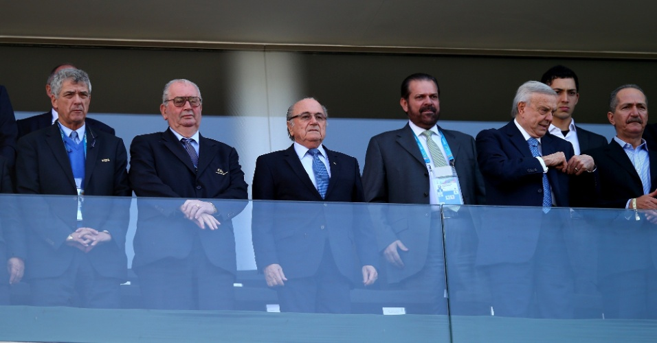 01.jul.2014 - Presidente da Fifa, Joseph Blatter (terceiro da esquerda para a direita) vai ao Itaquerão ver a partida entre Argentina e Suíça