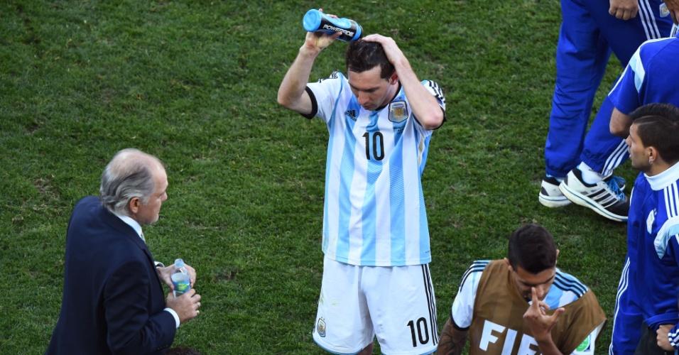01.jul.2014 - Técnico argentino Alejandro Sabella conversa com os jogadores enquanto Messi se refresca antes da prorrogação contra a Suíça, no Itaquerão